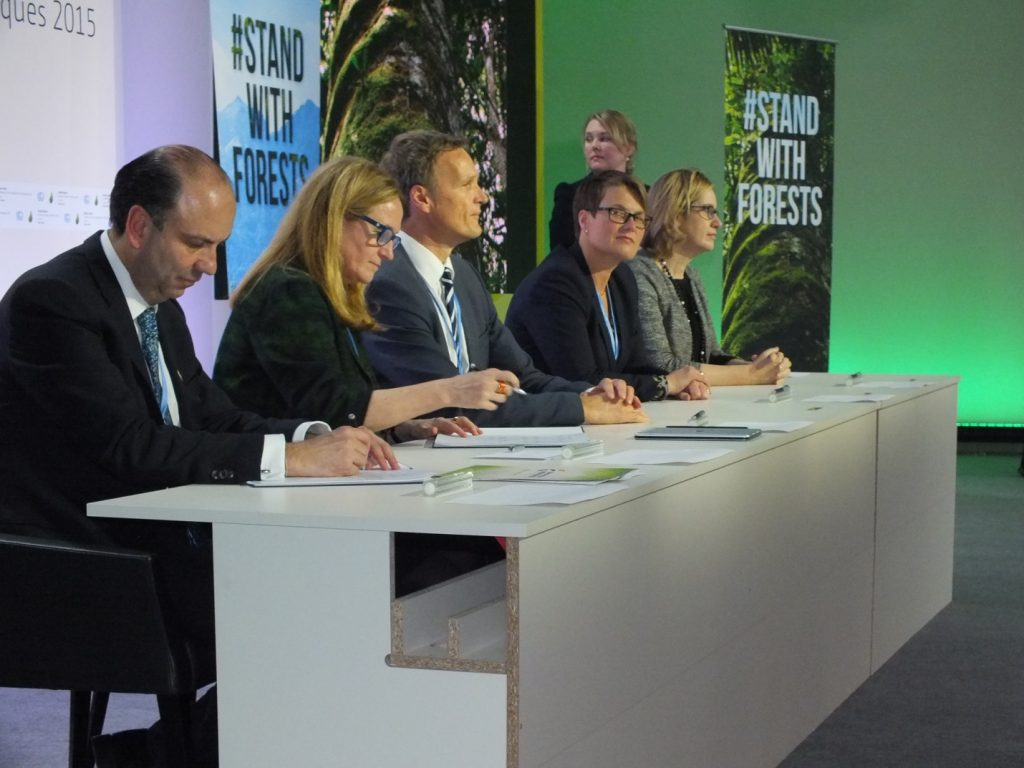 Ministers sign Memorandum of Understanding committing to new financial and implementation goals for REDD+.  | Photo by Steve Zwick